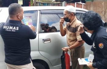 Himbau Larangan Mudik, Bidhumas Polda Riau bagikan Brosur