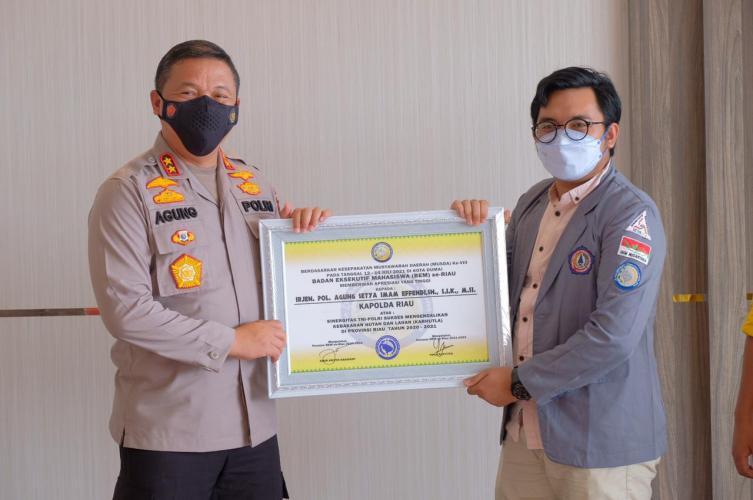 Irjen Agung Terima Dua Penghargaan dari BEM Se-Riau