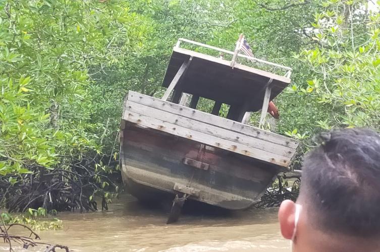 Kapal Berbendera Malaysia Bersikan 3 Kg Ditinggal Pemiliknya