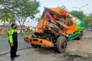 Tabrak Truk, Mobil Pengangkut CPO Rusak Berat