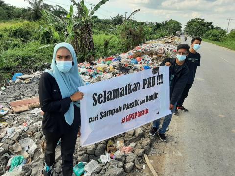 Sampah di Pekanbaru Masih Menumpuk, GPS Plastik Bentang Spanduk di Badan Jalan