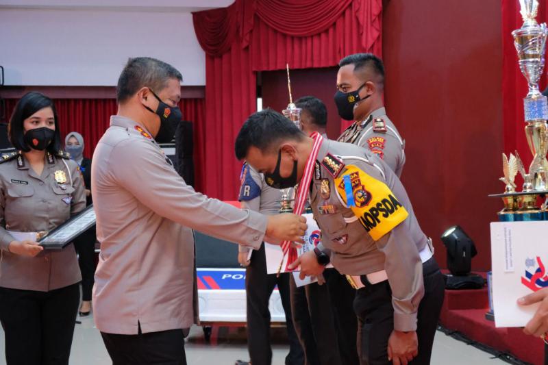Kapolda Riau Berikan Reward Personel Berprestasi, Hari ke 66 Lalulintas