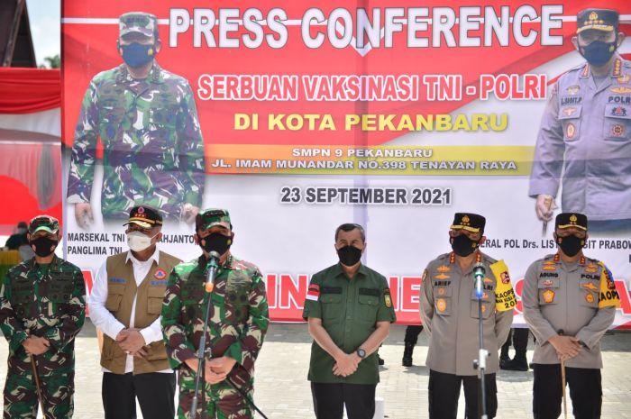 Ke Riau, Panglima TNI Tinjau Vaksinasi Pelajar