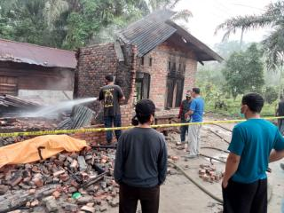 Rumah Terbakar, Ibu Dan Bocah Tewas Tertimpa Reruntuhan