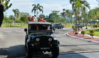 Tiba Di Pekanbaru, Leani Ratri Oktila, Cium Kaki Orangtuanya
