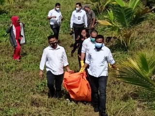 Pria Tanpa Identitas Ditemukan Mati Terbaring Dibawah Pohon Kelapa