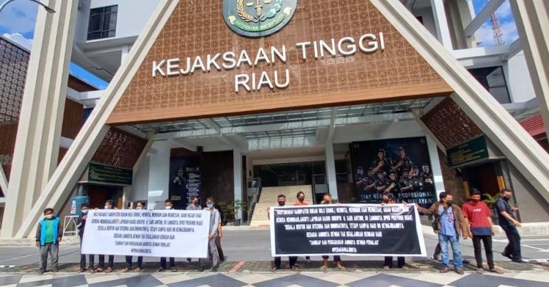 Masyarakat Rohul Bentangkan Spanduk di Kejati Riau