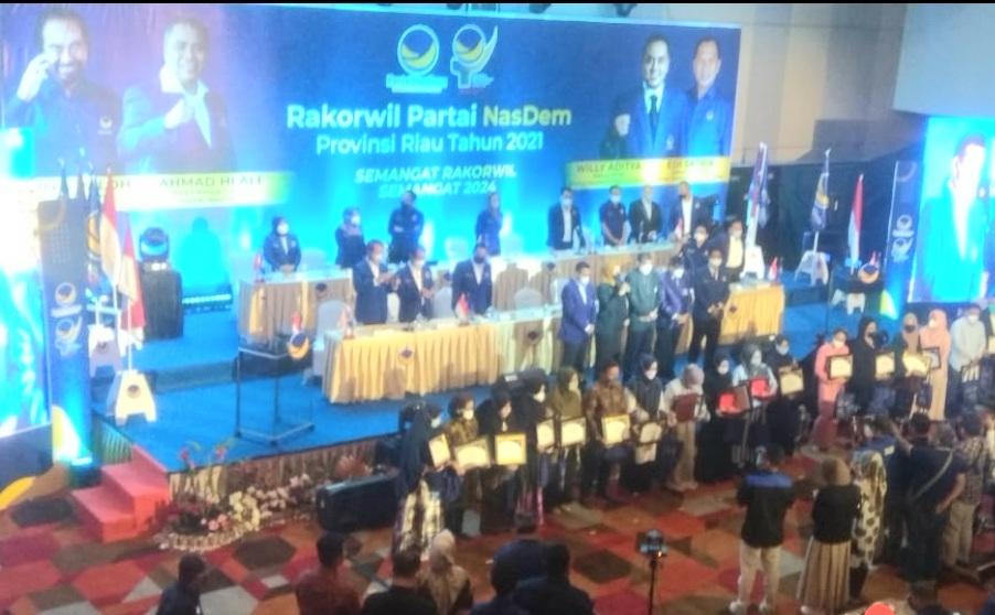 Melalui Nasdem Riau, Jokowi Beri Penghargaan kepada 17 Tenaga Kesehatan