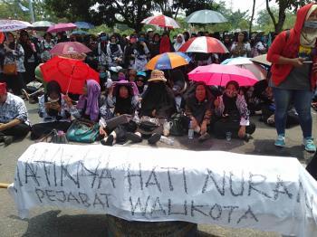 Ribuan Guru Demo Walikota Pekanbaru Bawa Keranda