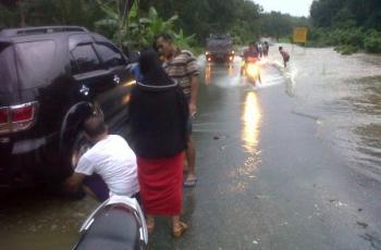 Banjir Rendam Jalan Lintas Antar Kabupaten Rohul - Bengkalis