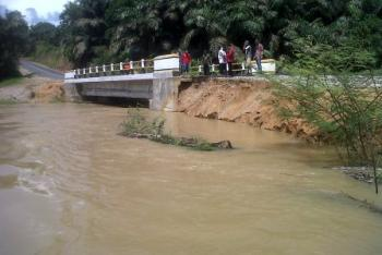 Retak, DPRD Desak PT Hasrat Tata Jaya Perbaiki Jembatan di Rohul