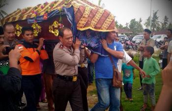 Pemakaman korban kerusuhan di Meranti, Kapolda Riau ikut angkat keranda jenazah